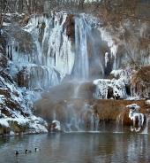 Ásványi anyagokban gazdag vízesés Szerencsés falu, Szlovákia