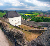 A felhős kilátás a vár Ľubovňa, Szlovákia