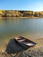 Kis halászhajó a Liptovská Mara, Szlovákia
