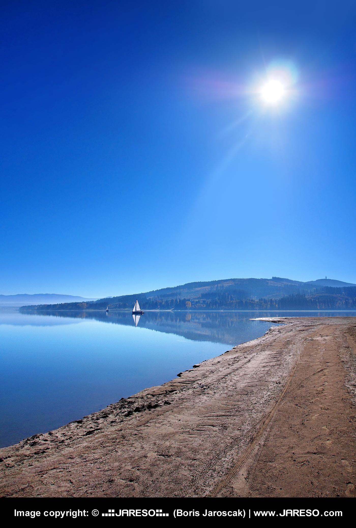web_gplus_fb_landscape_oravska_priehrada_shore_yarchts_sun_autumn_pa200136x.jpg