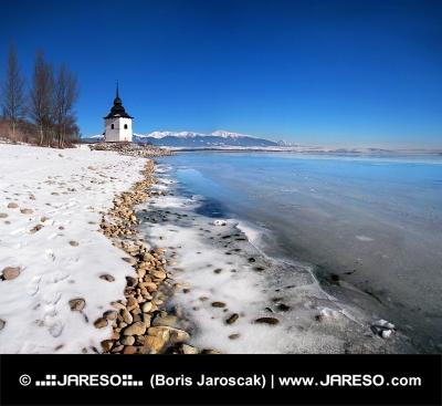 Il lago Liptovska Mara congelato con ghiaccio