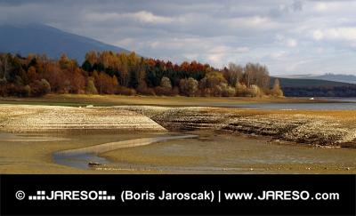 Lago a secco durante il giorno nuvoloso autunno