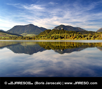 Hills riflette nel lago Liptovská Mara al tramonto