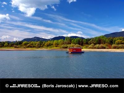 Houseboat e montagna in estate