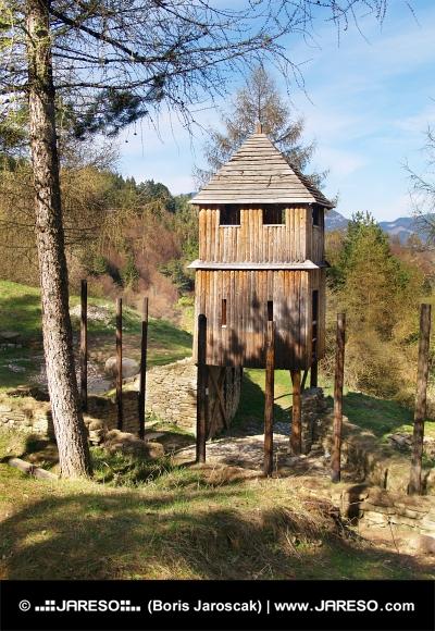 Fortificazione di legno e la torre orologio Havranok collina, Slovacchia