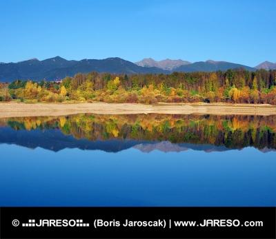 Riflessione delle montagne Rohace durante l'autunno