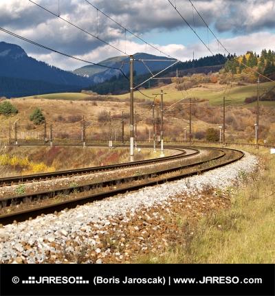 Ferrovia esaurita nel giorno nuvoloso