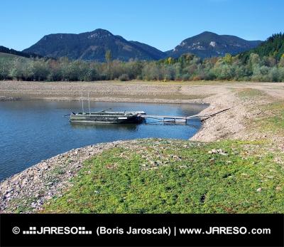 Barche ancorate a riva del lago Liptovska Mara