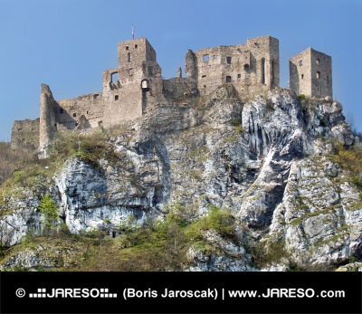Vista di estate del castello in rovina Strecno