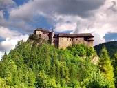 Lato nord del castello di Orava durante il giorno nuvoloso