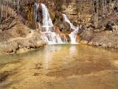 Ricca di minerali cascata nel villaggio di fortuna, Slovacchia