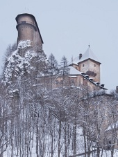 Vista rara di Castello di Orava in inverno