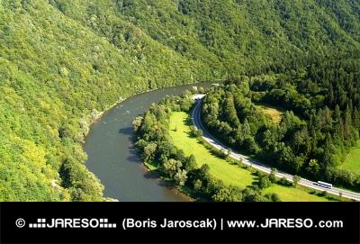 スロバキアで夏の間の道路とバーハ川川