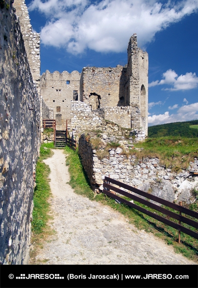 Beckov、スロバキアの城の内壁