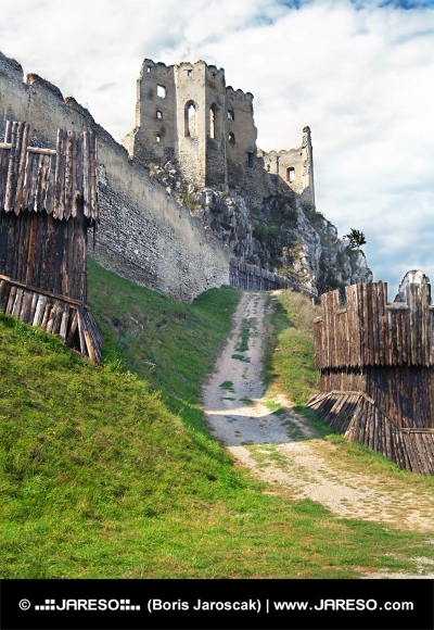 Beckov、スロバキアの城の要塞とチャペル