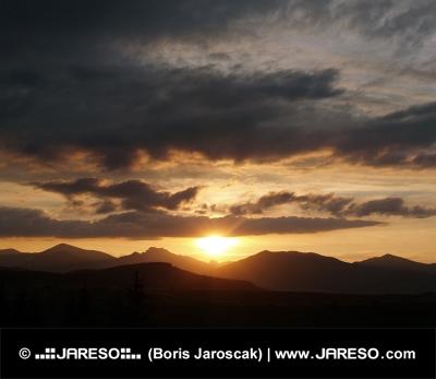 黄金の夕日と雲景