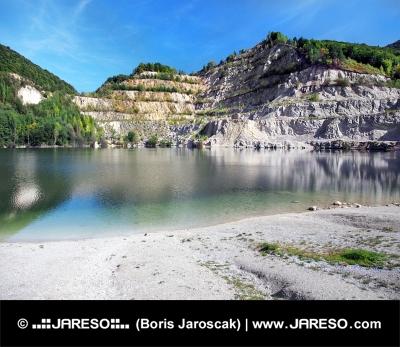 秋の間にスロバキアSutovo湖