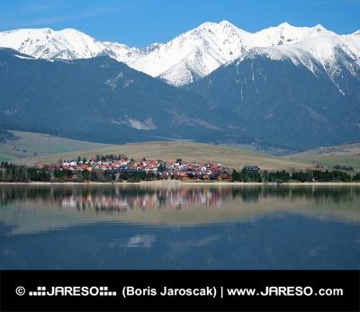 巨大な山々の下の小さな村