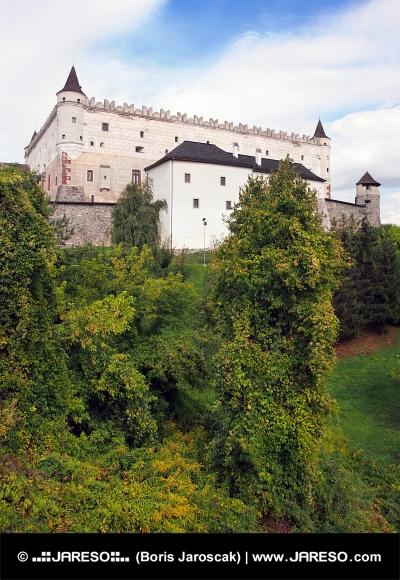 森林に覆われた丘、スロバキアにズボレン城