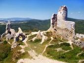 スロバキアの明確な夏の日中は村上の城の遺跡