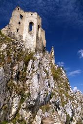 Beckov城、スロバキアでの礼拝の夏ビュー