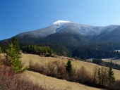 明確な春の日の山とフィールド