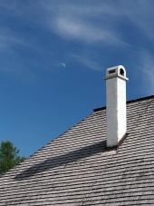 煙突と月とシングルの屋根、