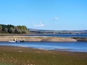 Liptovskaマラ、スロバキアでの砂利の海岸