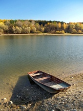 Liptovskaマラ、スロバキアの小さな漁船