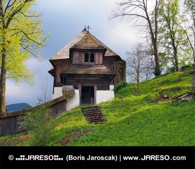 Een zeldzame kerk in Leštiny, Orava, Slowakije