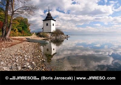 Weerspiegeling van de toren bij Liptovska Mara, Slowakije