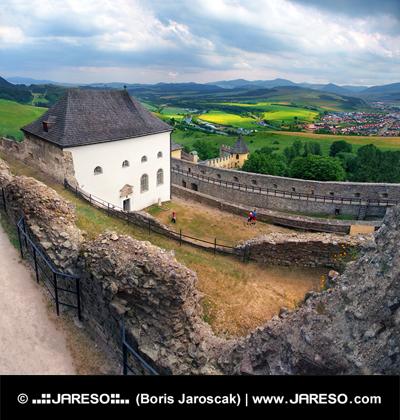 Een bewolkte uitzicht vanaf het kasteel van Lubovna, Slowakije