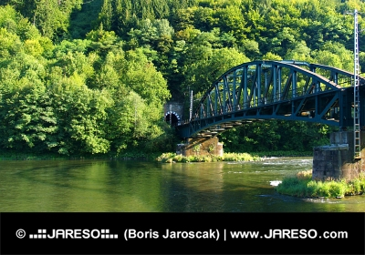 Railroad brug boven Vah rivier en tunnel bij Strecno, Slowakije