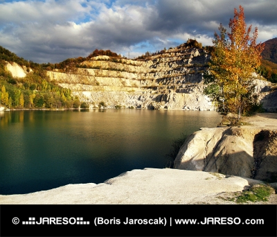 Herfst wateren van Sutovo Lake, Slowakije