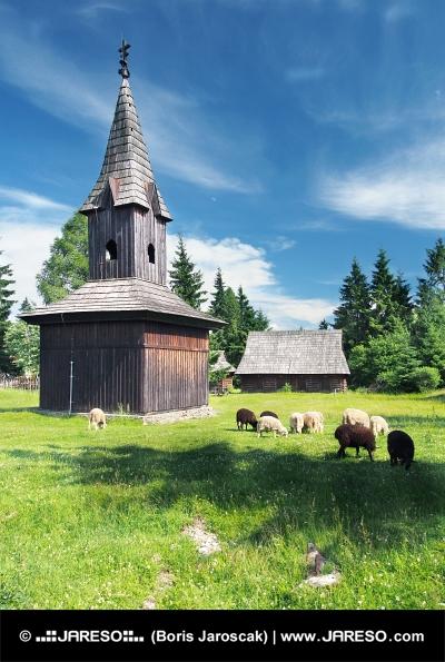 Houten klokkentoren in Pribylina, Slowakije