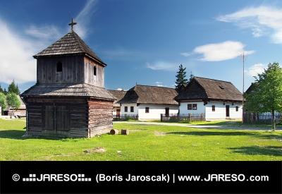 Houten klokkentoren en folk huizen in Pribylina, Slowakije
