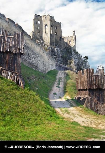 Vestingwerk en de kapel van het kasteel van Beckov, Slowakije