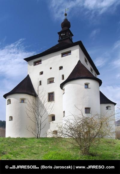Massive bastions van New Castle in Banska Stiavnica, Slowakije