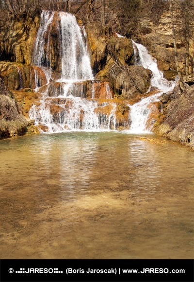 Mineraalrijke waterval in Lucky dorp, Slowakije