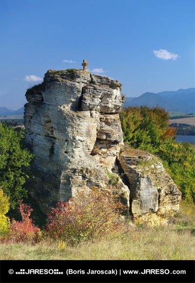 Stenen kruis monument in de buurt Bešeňová, Slowakije