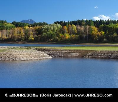 Oever van Liptovska Mara in de herfst
