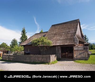 Historisch houten huis in Pribylina