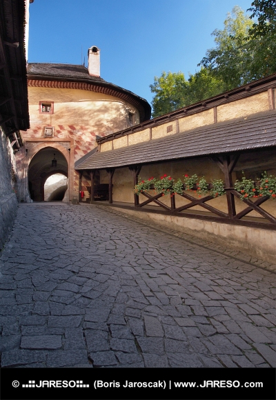 Poort naar binnenplaats van Kasteel Orava, Slowakije