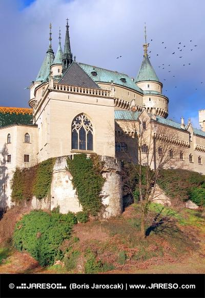 Kapel van Bojnice kasteel in het najaar
