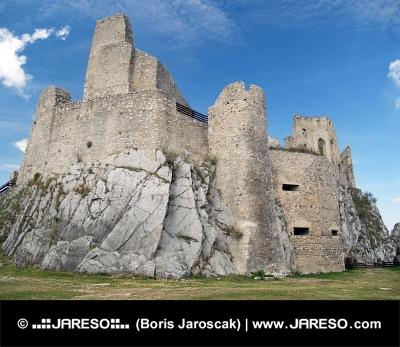 Binnenplaats en de ruïne van het kasteel van Beckov