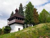 Klokkentoren in Istebné dorp, Slowakije.
