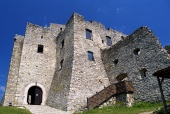 Binnenplaats van Strecno Kasteel in de zomer, Slowakije