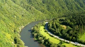 Road en de Vah rivier in de zomer in Slowakije