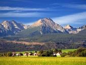 De Tatra-gebergte en het dorp in de zomer