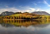 Reflectie van heuvels in Liptovska Mara meer, Slowakije